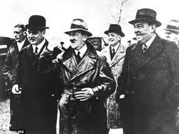 Photo du Fuhrer Adolph Hitler  prise en 1932...durant la campagne électorale.Nous le voyons ici en compagnie d'un industriel allemand et du  baron de l'acier ,Fritz Thyssen qui servira d'intermédiaire entre des industriels américains et le Reich allemand (dont Howard Bush ,le grand-père de George Walter Bush).