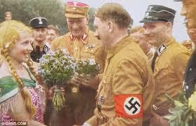 En 1932,les SA formaient l'ossature du parti nazi.Cette photo de 1932 nous montre le Führer en uniforme SA. C'était avant la nuit des Longs Couteaux.