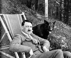 Le Führer en compagnie du magnifique chien-loup que nous parlons dans cet article.
