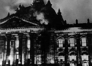 Le 27 février 1933, à Berlin, le Reichstag prend feu. Dans l'immeuble du Parlement allemand, la police se saisit d'un Hollandais communiste à moitié fou, Marinus van der Lubbe. Il sera considéré comme responsable de l'incendie et exécuté.Georges W. Bush s'inspirera de l'événement en désignant Osama Ben Laden ,comme bouc émissaire et les musulmans,comme ennemis de la démocratie!