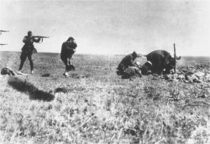 Un Eintsatgruppen (escadron de la mort) allemand exécute des résistants ukrainiens en 1942.Ils ne faisaient pas de prisonniers.