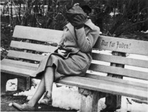 Femme juive assise sur un banc en Autriche,en 1933.Il est écrit :réservé aux juifs.