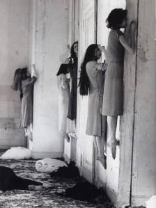 Découverte dans les anciennes archives d'une institution pour malades mentaux,cette photo laisse perplexe.Nous  avons l'impression  d'avoir affaire à un cas de possession  diabolique de groupe.