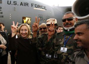 Hillary Clinton entourée des mercenaires d'Al Qaïda à Tripoli,le 19 octobre 2011.
