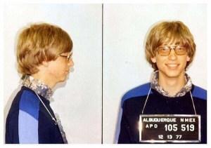 Photo de Bill Gates lors de son arrestation en 1977,pour conduite sans permis d'une voiture.Il vivait avec des finances serrées à cette époque.