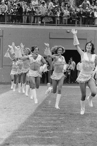 En 1980,Robin Williams prend place dans un groupe de cheerleaders.