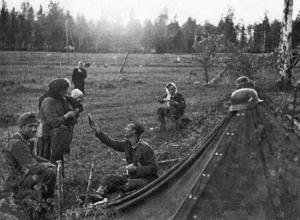 Durant l'invasion allemande de la Russie,en 1941,un soldat allemand partage sa nourriture avec une femme russe et son enfant.