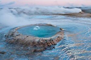Islande se trouve sur un terrain très géologiquement actif et a un certain nombre de volcans  en activité. Ce terrain volcanique fournit également l'une des attractions les plus célèbres, les sources chaudes du pays. Il y a un certain nombre de sources chaudes naturelles en Islande où les deux indigènes et les touristes vont pour un plongeon dans l'eau chaude volcanique. Cette eau est chauffée par géothermie par les roches volcaniques dessous et chauffé à des températures comprises entre 37-39 degrés centigrades. Les ressorts ne fournissent pas seulement un endroit agréable pour les gens de prendre un bain, l'eau est aussi pensé pour obtenir des capacités de guérison naturelles, apaisant les douleurs ainsi que d'aider avec de nombreuses conditions différentes de la peau.