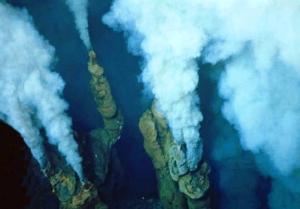 Jusqu'à récemment, les profondeurs du plancher de l'océan pourraient ne pas être atteints par l'humanité. Cela peut aller d'une certaine façon à expliquer pourquoi il a fallu jusqu'en 1977 pour les profondes cheminées sous-marines incroyables large de la côte de l'Équateur, à découvrir. Les sources hydrothermales ont été découvertes à l'est des îles Galapagos, quelques 2 400 mètres sous la surface. Les évents sont formés en raison de deux plaques tectoniques divergentes, provoquant l'eau de mer pour tirer à des vitesses incroyables et des températures élevées (autour de 400 degrés centigrades). Avant les bouches d'eau profonde ont été découverts, on a pensé que la vie ne pourrait pas exister à de telles profondeurs, en raison du manque de lumière du soleil. Des scientifiques ont découvert un certain nombre d'animaux marins autour des évents si, vivant hors les nutriments dont ils ont expulsés. Ces volcans sous-marins incroyables sont vraiment l'une des merveilles sous-marines du monde.