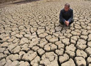 Un lac asséché en Chine:bientôt des centaines de millions de gens   deviendront des victimes de cet asséchement./ A dry lake in China soon hundreds of millions of people become victims of this drying up./