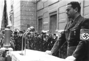La volonté de fabriquer la bombe atomique aurait commencé ici:En juin 1942, le ministre Albert Speer et les plus hauts responsables militaires assistèrent à une réunion où Heisenberg leur expliqua les potentialités d'une bombe nucléaire.Ici une photo de Speer prise durant l'hiver 1942,lors d'un autre discours!