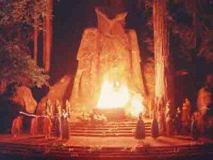 Bohemian Grove. Les Adorateurs du Diable! Sacrifiant à la Chouette de Moloch  Les élites dirigeantes!