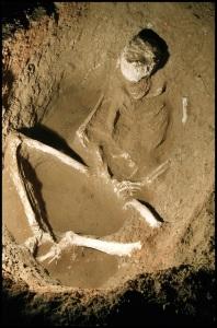 **** **** EXCLUSIVE La nécropole - découverte d'une fosse à l'intérieur duquel un homme dans une position accroupie est enterré./ The necropolis - discovery of a grave inside which a man in a squatting position is buried.