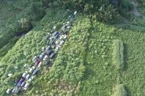 Vue aérienne d'un vrai cimetière d'autos ... créé en 2011 par  le tsunami et l'accident nucléaire qui a suivi.
