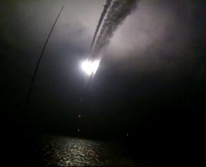 Image extraite d'une vidéo publiée sur le site internet officiel du ministère russe de la défense le 7 octobre 2015 censée montrer un navire de guerre russe lançant un missile de croisière dans la mer caspienne pendant une frappe
