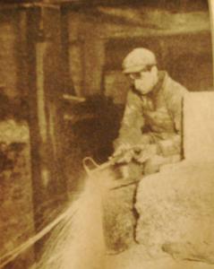 Première Guerre Mondiale-un employé découpe une pièce de métal dans une entreprise non identifiée à Montréal au Québec. Les commandes de matériel blindé en provenance de l'Empire Britannique montèrent en flèche et de nombreuses améliorations furent faites aux procédés de découpage de l'acier à l'acéthylène,au Canada et aux USA.