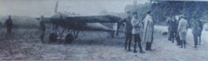 Première Guerre Mondiale-Un rapide monoplan de conception allemande. En Agrandissant la photo ,nous pouvons voir les détails des cocardes françaises sur l'avion.Il s'agit donc d'une prise de guerre.