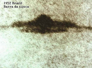 """Agrandissement de la photo  principale de l""""ovni aperçu le 7 mai 1952 au-dessus de barra  da tijuca au brésil."""