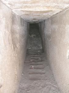 Descenderie des appartements funéraires… William Matthew Flinders Petrie découvrit un modèle en calcaire d'une pyramide ayant les mêmes proportions que la pyramide de Hawara. Ce dernier fit une découverte semblable à Meïdoum en mettant au jour une petite pyramide à degrés taillée dans la même matière.