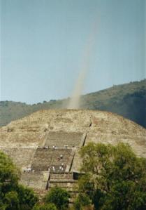 En 2012... De la pyramide de la Lune,des  explosions et un vortex d'énergie à partir de l'apex. Cet incident étonnant a été suivie par le tourbillon que voici et aperçu  par  de nombreux témoin et capturé sur la pellicule, depuis le sommet de la célèbre pyramide aztèque de la Lune à Teotihuacan, au Mexique