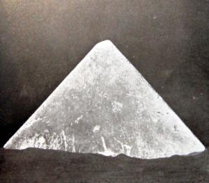 Modèle en calcaire de la pyramide de Hawara…