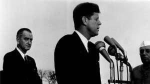 John Kennedy viole l'accord de Genève en envoyant des troupes   Les Pentagone Papers révèlent également que John Kennedy aurait violé l'accord de Genève : en 1961, il avait envoyé des troupes de soldats au Vietnam en les faisant passer pour des conseillers militaires.