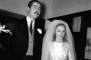 En 1973, Lord Lucan se sépara de sa femme, Veronica Duncan, tomba dans l'alcool et s'engagea dans une dure bataille juridique pour la garde de leurs trois enfants. En novembre 1974, Veronica entra dans un bar couverte de sang. À sa maison, la police retrouva le corps de sa nounou, battue à mort. Elle affirma que Lucan avait tué la nounou. La police lança un mandat d'arrêt international contre Lucan, mais elle ne le trouva jamais. Depuis, des gens affirment l'avoir vu marchant sur le mont Etna, jouant aux cartes au Botswana ou se changer dans un vestiaire de Vancouver.