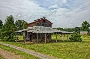 Au 16e siècle, plus de 100 colons britanniques disparurent de l'île Roanoke, en Caroline du Nord. Le chef de la colonie, John White, devait aller chercher des fournitures en Angleterre. À son retour, aucun signe de sa famille et de sa colonie. Aujourd'hui, les rumeurs veulent que les colons aient été assimilés à une tribu locale, sur une île du cap Hatteras.