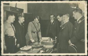 Adolph Hitler à une ouverture de session du Parti nazi.Il est ici entouré de hauts dignitaires du parti./ Adolph Hitler at a nazi party session.He is surrounded by high dignitaries of the party.