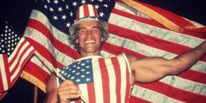 """«Je serai de retour"""": Arnold Schwarzenegger lui-même enveloppé dans les drapeaux américains sur le jour où il a reçu sa citoyenneté américaine; une simple prédiction de son avenir politique? Oh oui, il était définitivement de retour."""