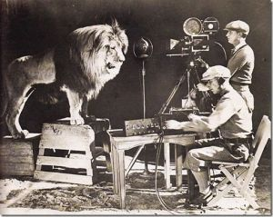 Au début du vingtième siècle,les courageux cameramen de la Metro Goldwin Mayer filment et enregistrent le célèbre rugissement du lion de la MGM qui sera immortalisé.