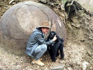 Le héro encompagnie de son chien,un superbe caniche noir.
