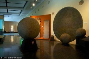 Les pierres sphériques du Costa Rica varient énormément de taille allant de quelques centimètres à plus de 6 pieds de diamètres.Leurs fabrications varient énomément aussi ,passant du balsate aux roches de sable.