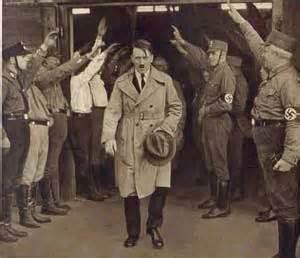 De nombreux membres des SA saluent leur Führer au sortir d'une assemblée.Les SA ,dirigés par Ernst Rohm,sont à l'origine de la grande révolution nationale-socialiste allemande. Cette révolution du peuple sera écrasée par la sanglante nuit des Longs Couteaux,un coup d'état orchestré par les sociétés secrètes allemandes.