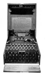 La machine allemande Enigma cryptait les messages radio. Son code a été découvert par Alan Turing. (DR)