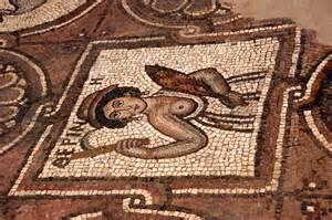 Photo d'une mozaïque sur le plancher.