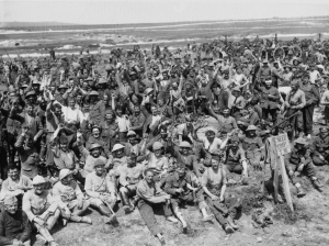 Des combattants britanniques du 13th Royal Fusiliers posent pour le photographe sur la route reliant Albert à Bapaume, après les affrontements à La Boisselle, le 7 juillet 1916. Men of the 13th Royal Fusiliers respond cheerfully to the photographer as they rest near Albert on the Albert-Bapaume Road after the attack on La Boisselle     Date: 7 July 1916