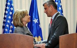 Hillary Clinton et un de ses conseillers.