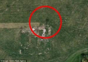 Google Earth a capturé l'image très troublante d'un homme semblant se tenir debout sur les ruines d'une maison dans un village fantôme du Gloucestershire.