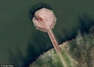 Cette photo a été postée sur Reddit avec le titre suivant : «Un meurtre près de chez moi sur Google Maps». Immédiatement, ce poste a suscité les spéculations les plus folles du fait qu'un meurtre se soit fait diffuser sur Google.