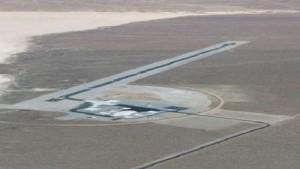 Une base aérienne secrète américaine a récemment été découverte grâce à Google Earth. Cette base clandestine est connue sous le nom de Zone 6 et se trouve dans la plaine du Yucca, au cœur du désert du Nevada. On dit que la base est contrôlée par l'agence nationale de sécurité nucléaire du gouvernement américain, qui jusqu'à présent avait gardé son existence secrète, même des experts de l'industrie de la défense! Le site est une zone aérienne réglementée, interdite au vol (même de l'espace) et au public. L'agence aux commandes de la base a déclaré que leur but était le développement de techniques contre-terroristes, y compris, mais sans s'y limiter, le test d'équipements conçu pour détecter des matériaux radioactifs.