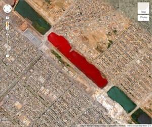 Cet endroit est localisé sur Google Earth avec les coordonnées 33.396157 ° N, 444869 ° E, et montre inexplicablement un lac de couleur rouge sang aux s'abords de la ville de Sadr City en Iraq. Il n'y a aucune explication connue au sujet de cet étrange phénomène.