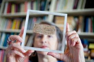 Karen King examinant le papyrus dans son vitage de sécurité.