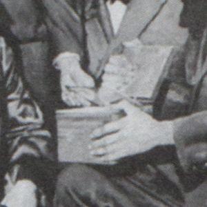 Cette peinture, prétendument datée des années 1800, semble illustrer un homme tenant une boîte à CD alors qu'un autre homme est en train de retirer un CD de cette dernière. Comme nous le savons tous, les CD n'ont fait leur apparition qu'à partir des années 1980, ce qui amène certains à conclure que l'homme en question ne peut être qu'un explorateur temporel montrant sa collection de CD à ses nouveaux amis de l'époque victorienne. Ou s'agissait-il simplement d'une boîte avec un couvercle de verre??
