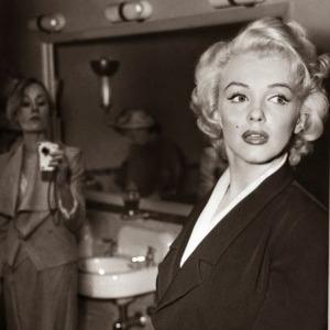 Comme on peut le voir sur la photo ci-dessus, la dame à côté de Marilyn Monroe est en train de prendre une photo avec un appareil étrangement moderne pour l'époque. On dirait presque un iPhone…