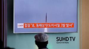 Ce voyageur dans une gare de Corée du Sud observe l'un des missiles lancés par la Corée du Nord,hier.