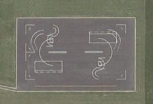 Cette image Google Earth tire son origine d'un endroit aux abords de la base de Norwich au Royaume-Uni. Le ministère de la défense britannique a déclaré qu'il s'agissait d'un circuit motocycliste, mais les experts restent dubitatifs. Personne ne sait vraiment à quoi sert le dispositif ci-dessus.