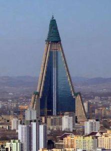 Cet hotel bien connu du centreville de Pyong  Yang adopte  la structure d'une pyramide.Ce qui rapproche le système politique des...Illuminati eux-mêmes!