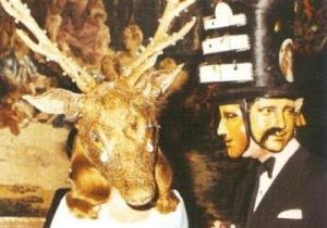 L'utilisation de masques à plusieurs faces est très révélateur du contrôle mental et de la dissociation de personnalité liée à certains rituels Mafia Khazare dans les sociétés secrètes . A noter la symbolique de l'œil chez la dame à chapeau et la fragmentation du visage de la Joconde.