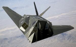 Le F-117 Nighthawk est un avion impressionnant. Il affiche une envergure de 13 m pour 20 m de longueur. Le F-117 est le tout premier avion de combat furtif au monde. Grâce à sa conception et son revêtement, seulement 0,001 m2 (la taille d'un bourdon) de sa surface est détectable par les radars.